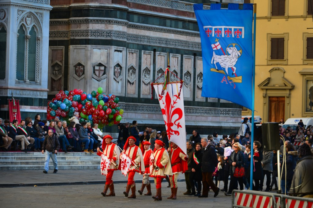 The arrival of the first members of the parade bearing Florence's flag
